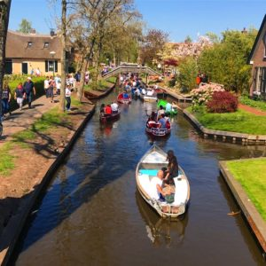 rent a boat in giethoorn