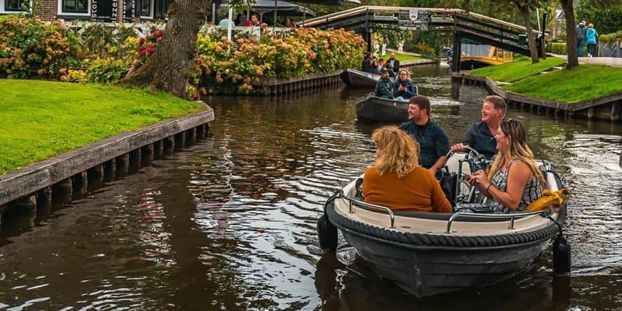 Boat rental in Giethoorn